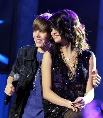 sel-and-justin-bieber-Dick-Clark-s-New-Year-s-Rockin-Eve-selena-gomez-9695014-348-399