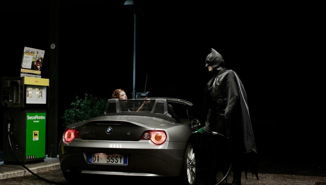 Batman, 33 anos, trabalha numa bomba de gasolina