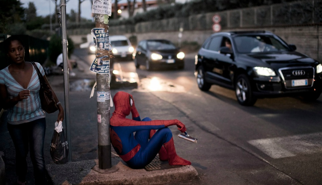Homem-Aranha, 36 anos, limpa para-brisas