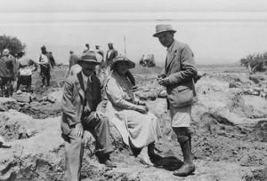 Agatha Christie em Nimrud, onde começou a escrever a sua autobiografia.